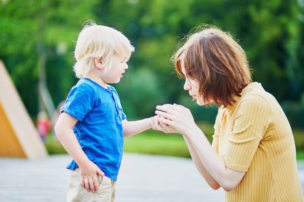 親が泣いている子供に手当てをする