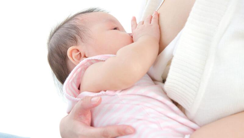 インナーマッスルが衰えたまま授乳や抱っこにより姿勢が歪む