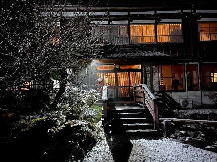 古民家の隠れ宿「神梅館」の雪化粧姿