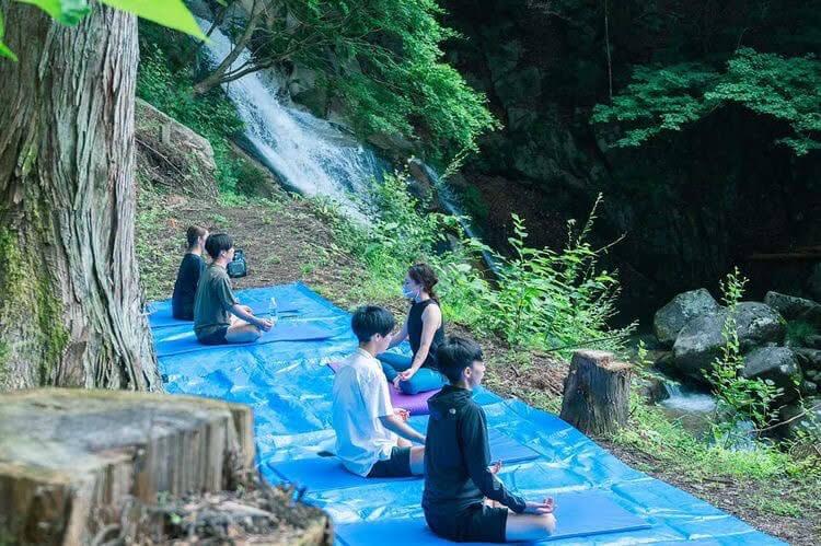 古民家の隠れ宿「神梅館」の滝ヨガ