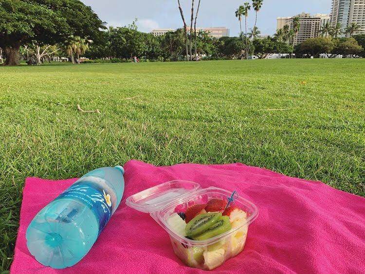 水とフルーツとヨガ