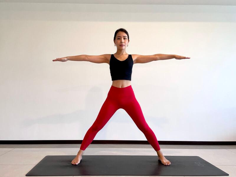 体側を伸ばすポーズのやり方「①タダーサナから両手足を広げる」