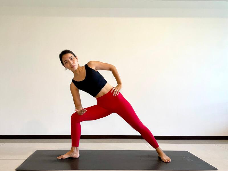 体側を伸ばすポーズのやり方「②右膝を踏み込み、上半身を傾ける」