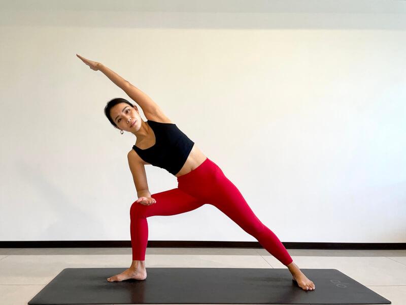 体側を伸ばすポーズのやり方「③左腕をまわしあげて頭上に伸ばす」