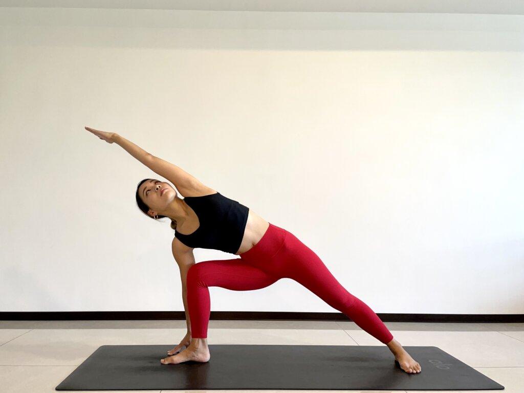 体側を伸ばすポーズの効果とやり方|初心者向け軽減法やバリエーション、できない原因別対処法も紹介【動画あり】