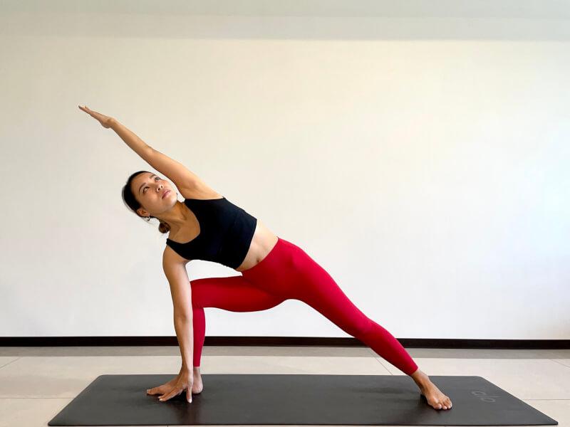 体側を伸ばすポーズのやり方「軽減ポーズ:手を足の親指側につく」