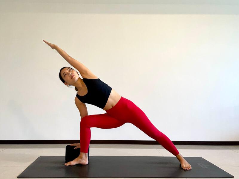 体側を伸ばすポーズのやり方「軽減ポーズ:ブロックを使う」