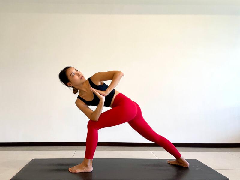 体側を伸ばすポーズのバリエーション「捻じって体側を伸ばすポーズ」