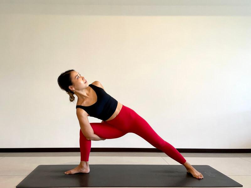 体側を伸ばすポーズのバリエーション「手を後ろで組んだ体側を伸ばすポーズ」
